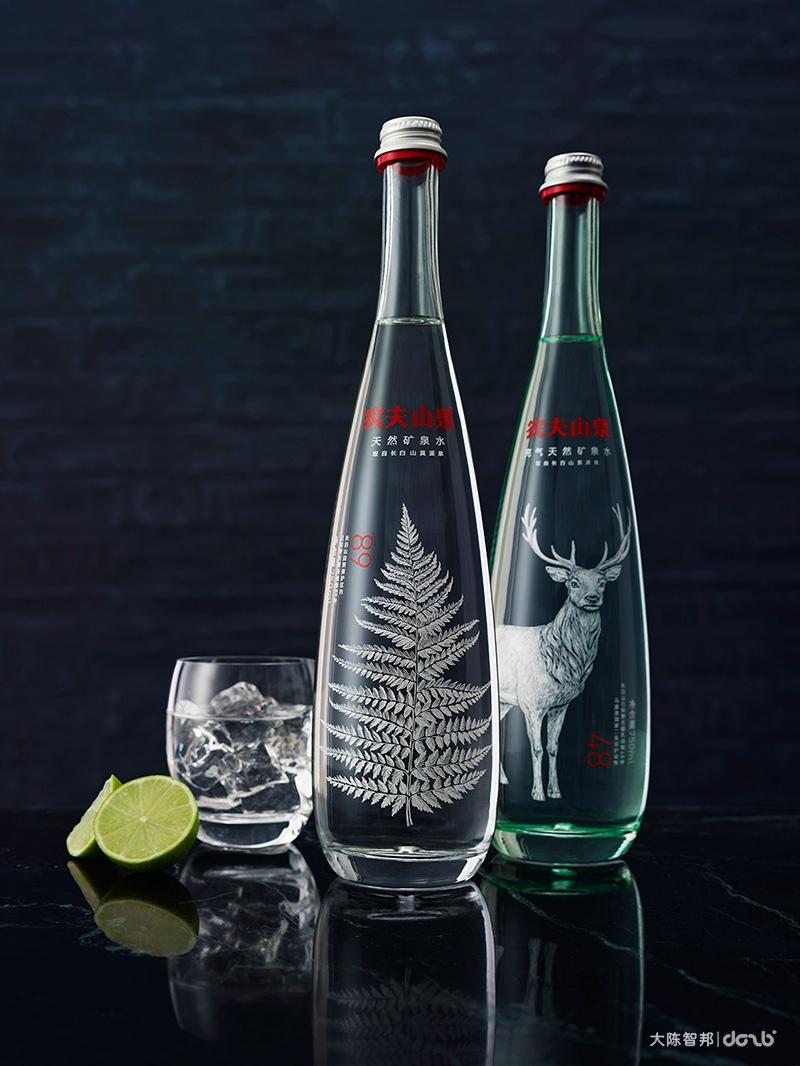 农夫山泉矿泉水包装设计 玻璃瓶中的万物自然